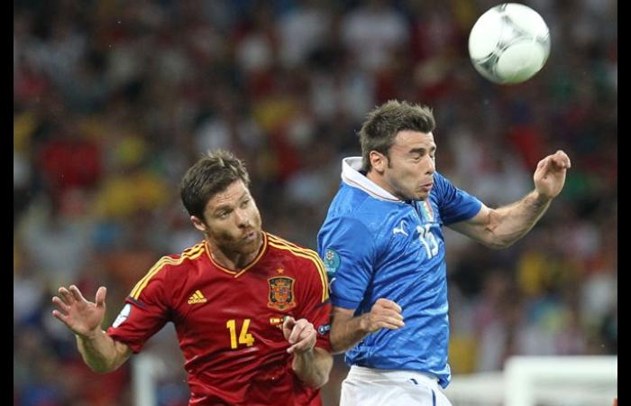 Andrea Barzagli in contrasto con Xabi Alonso