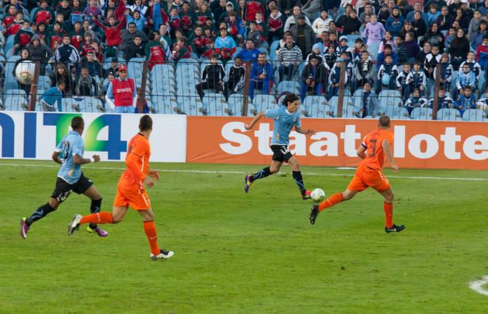 Cavani in un'azione di gioco con l'Uruguay