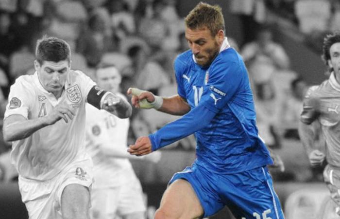La bandiera della Roma De Rossi in contrasto con Gerrard