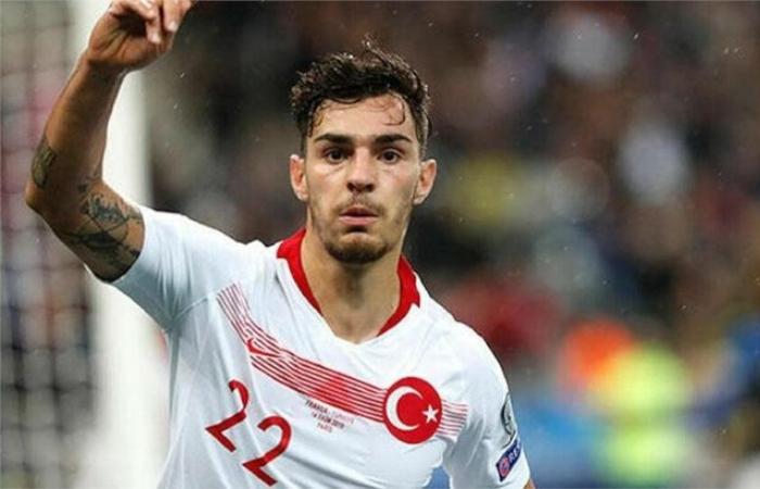 Ayhan con la maglia della Turchia