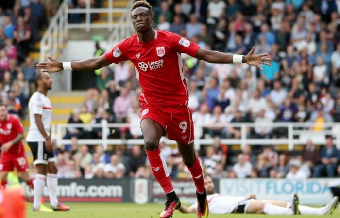 Abraham dopo un gol contro il Fulham