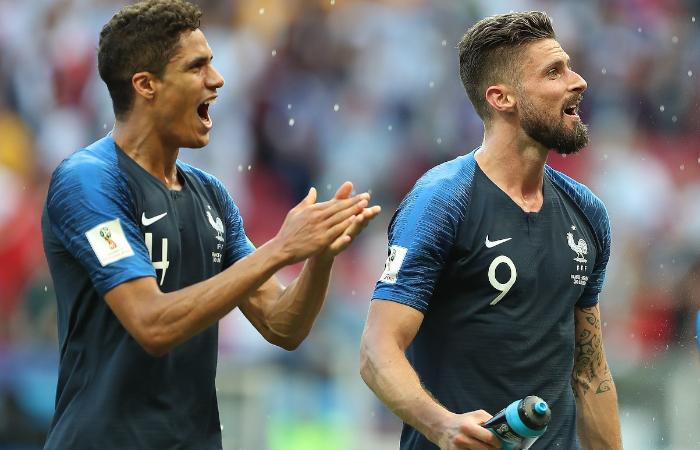 Il nuovo attaccante del Milan, Olivier Giroud, con la maglia della Francia insieme a Varane